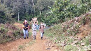 Entrega de atividades impressas da Escola Luana Carvalho